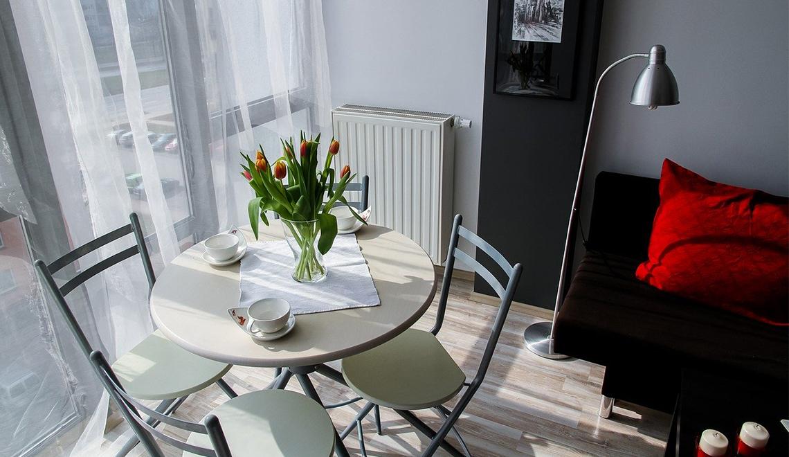 intérieur d'appartement avec table, chaises et canapé